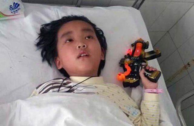 Tumoara la creier l-a lasat pe baiat orb si aproape paralizat