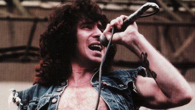 Primul solist AC/DC, Bon Scott, a avut parte de-o moarte bruscă şi misterioasă