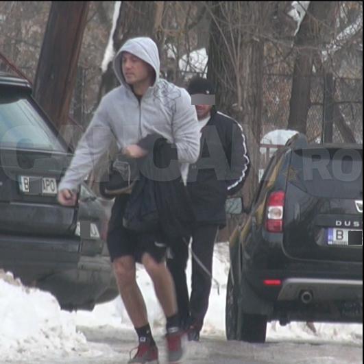 Temperatura de -10 grade nu l-a speriat pe Adi Ilie, care a înfruntat gerul în pantaloni scurţi