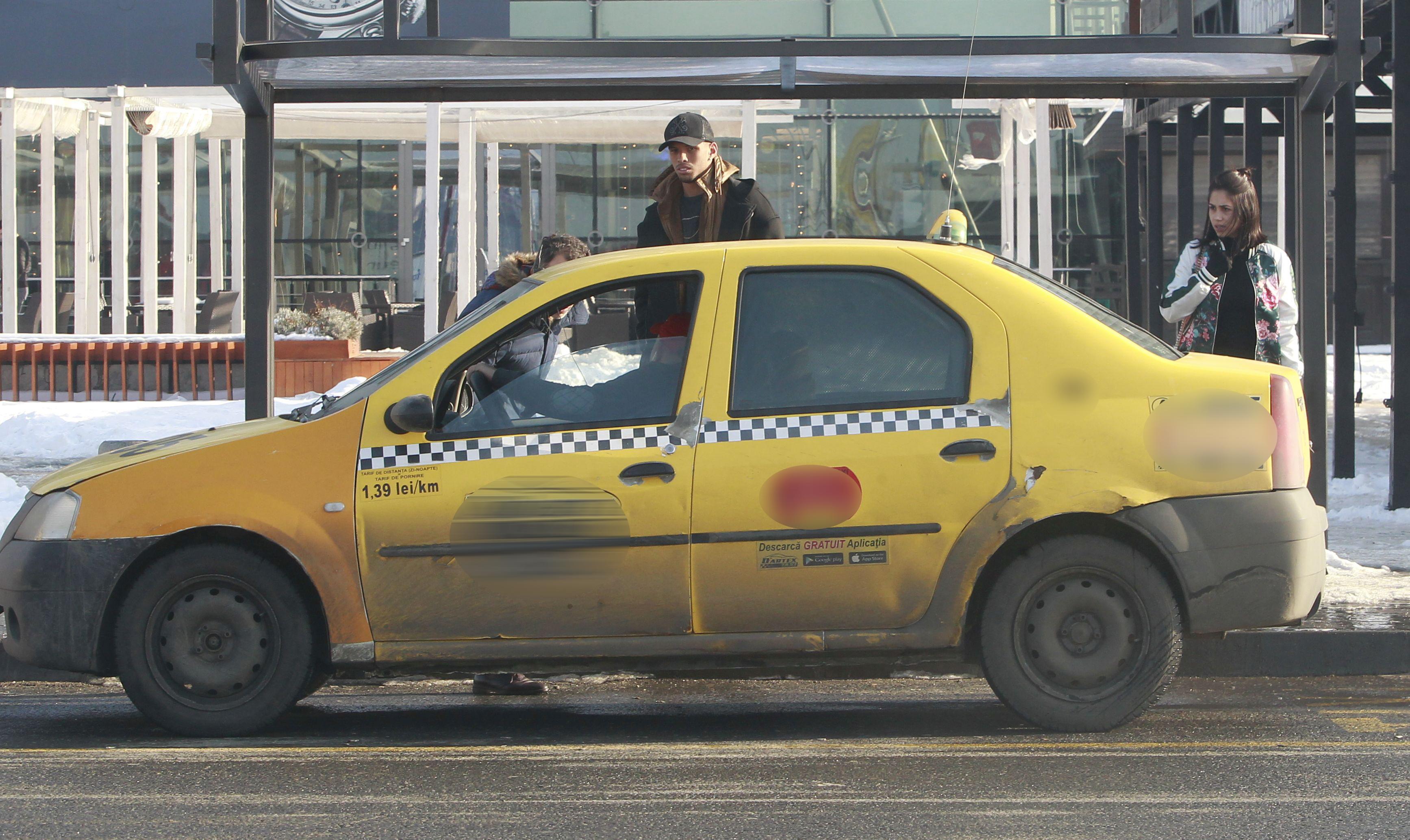 Atunci când au ajuns lângă maşina acestui taximetrist, fiul lui Rivaldo a petrecut minute bune privindu-l cu atenţie pe şofer şi discutând cu el, părând că-l recunoaşte din noaptea în care i-a dispărut subtil portofelul.