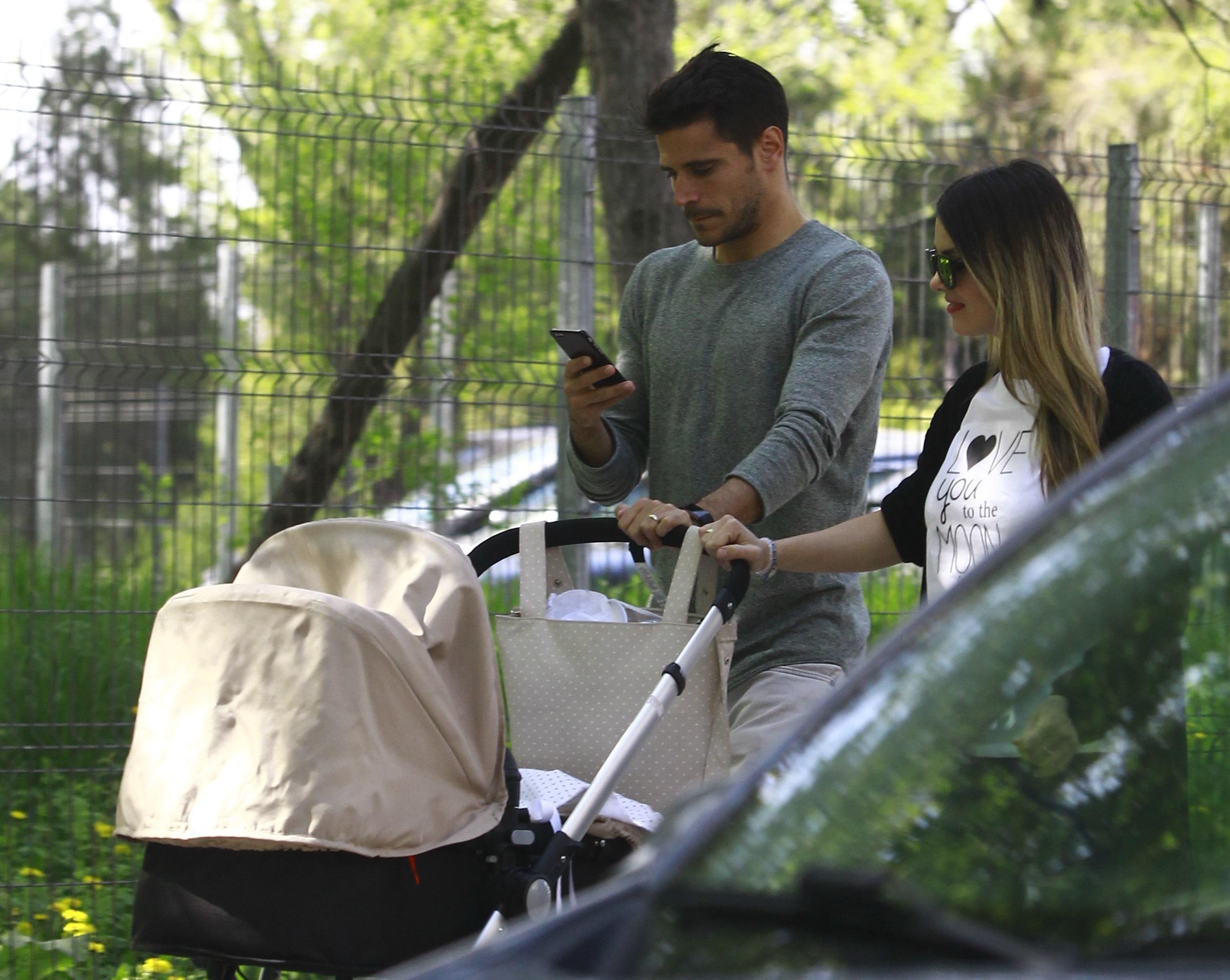 Romera Navarro şi-a scos soţia şi copilul la o plimbare în parc