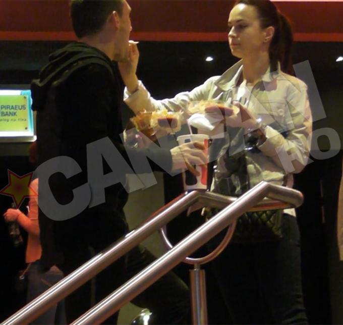 Dupa ce au mancat, Claudiu si Laura au intrat in sala de cinema