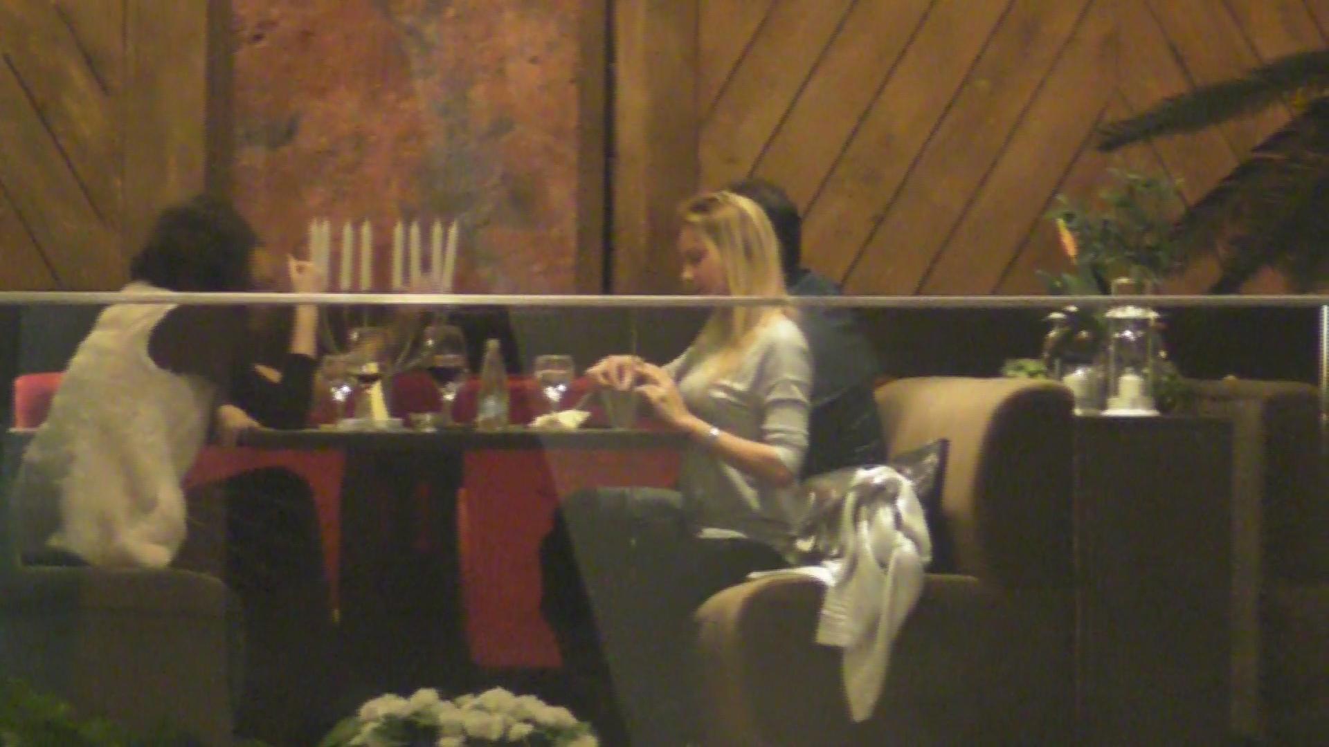 Roxana a luat pranzul la un restaurant impreuna cu doua prietene si un barbat