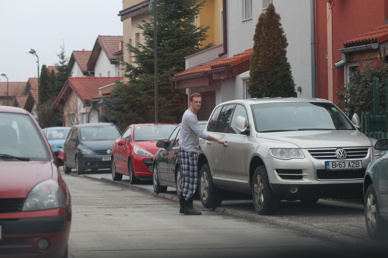 A doua zi, Sorin iese singur din casa in care locuieste timp de doi ani alaturi de iubita sa, Daniela Aciu