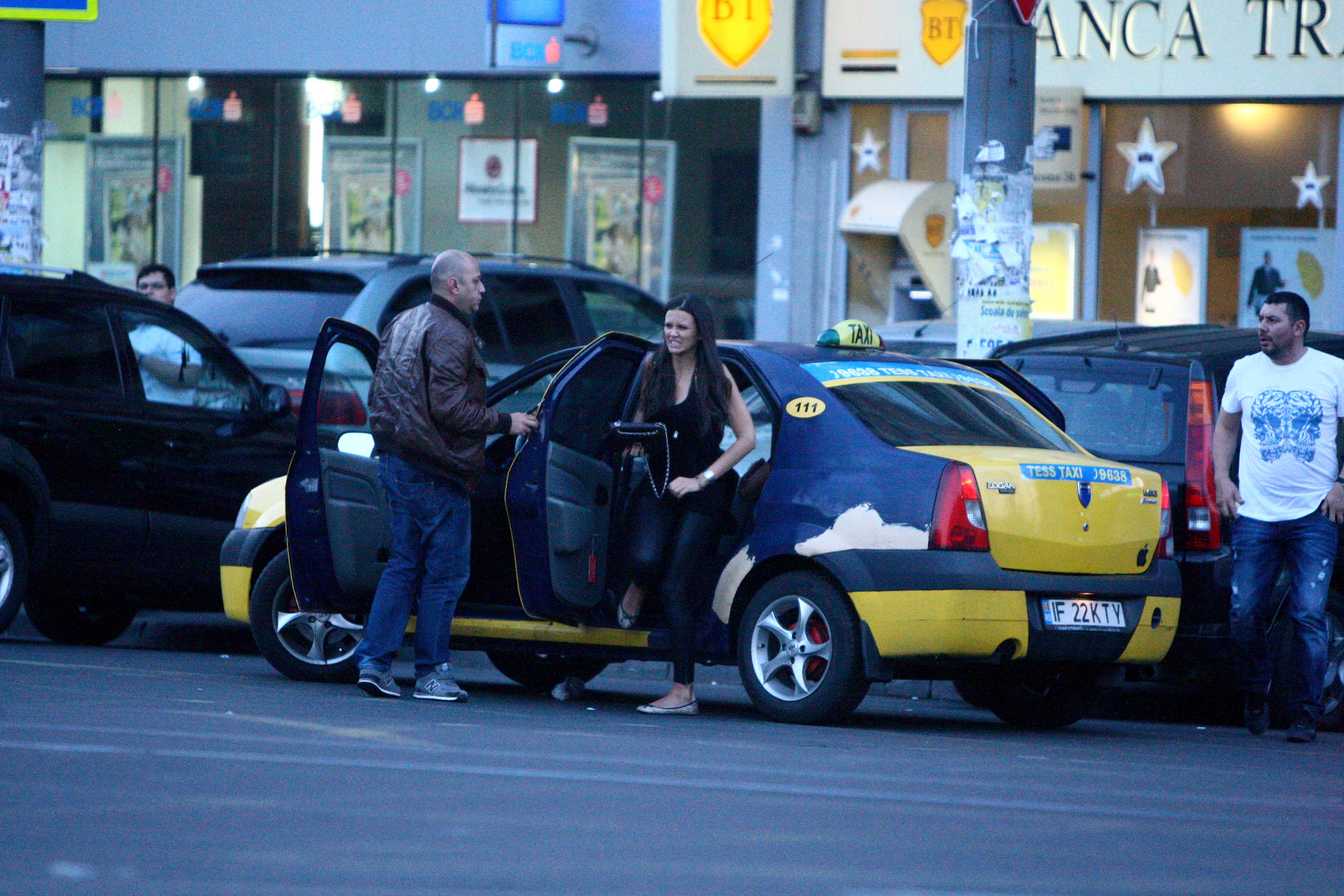 Vizibil infometata, prezentatoarea Tv coboara grabita din taxi