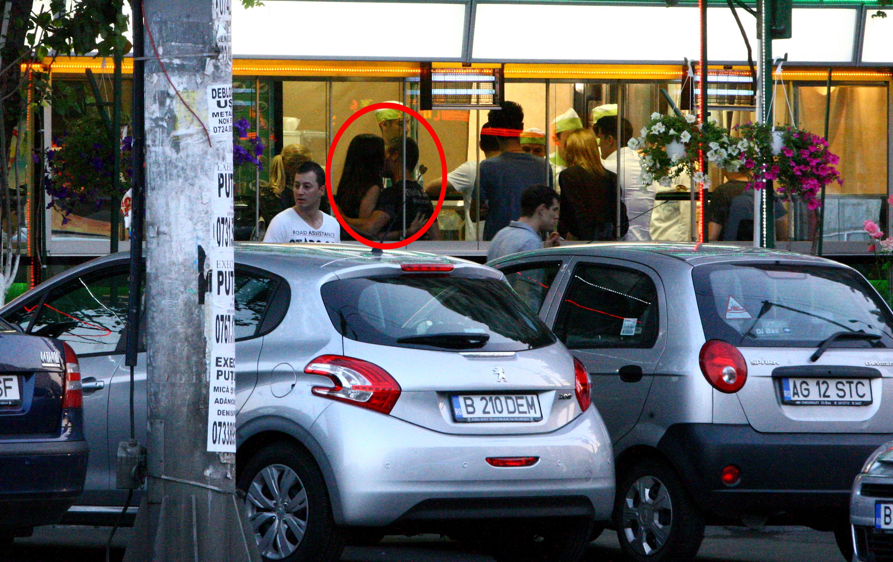Iulia si Torje se saruta in interiorului fast food-ului