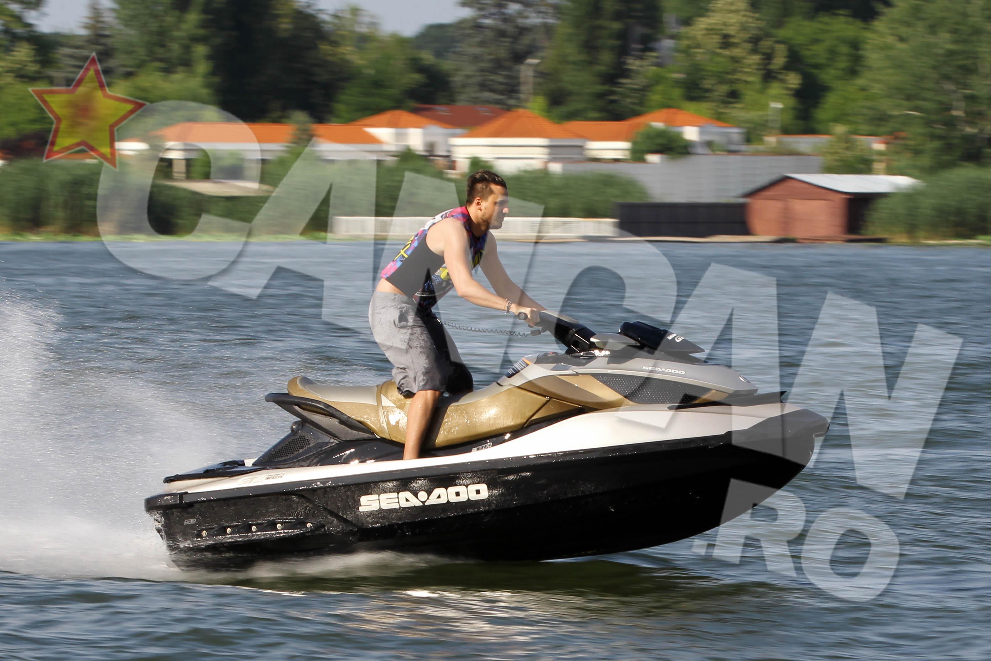 Dani Olaroiu a facut insa senzatie pe un scuter de apa de ultima generatie, de aproape 18.000 de euro