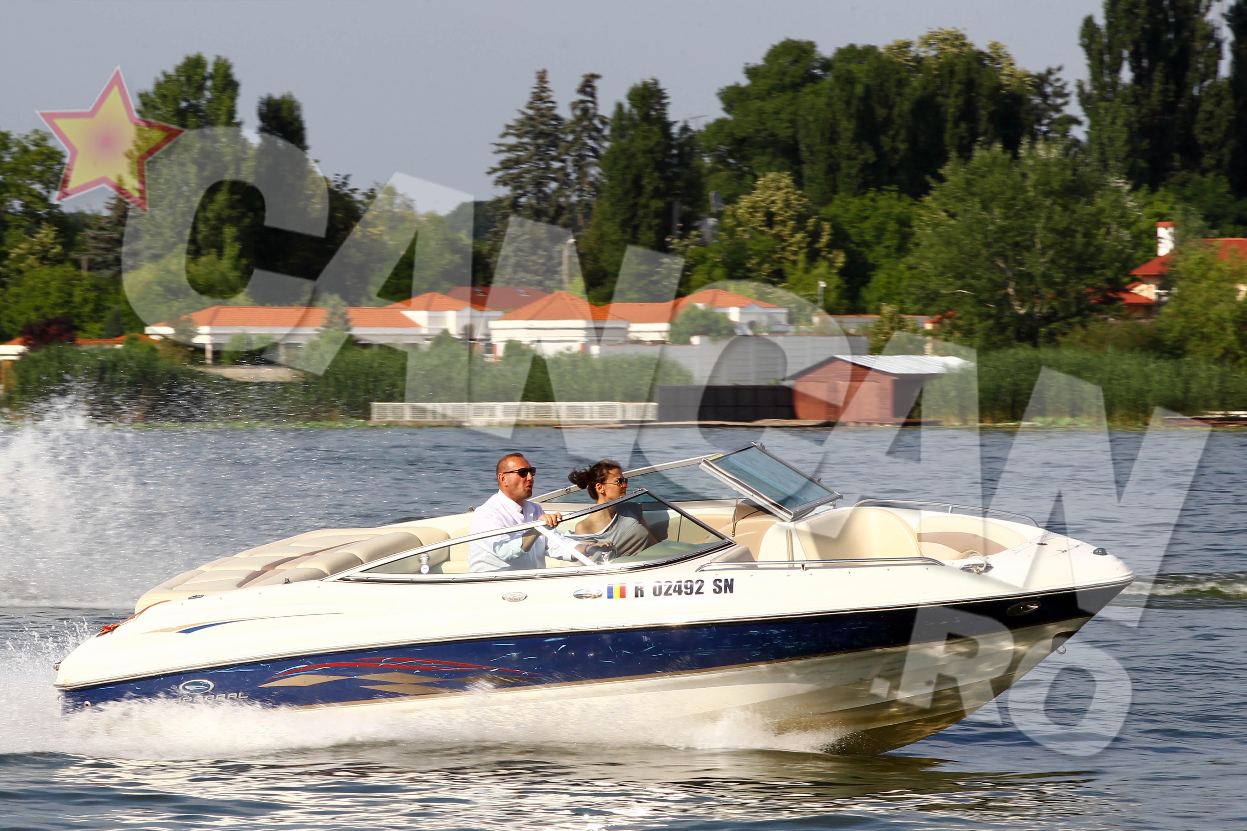 Cu doar un weekend inainte de nunta, Viorel Catarama si Adina Alberts au iesit la o plimbare romantica pe Snagov, intr-o ambarcatiune