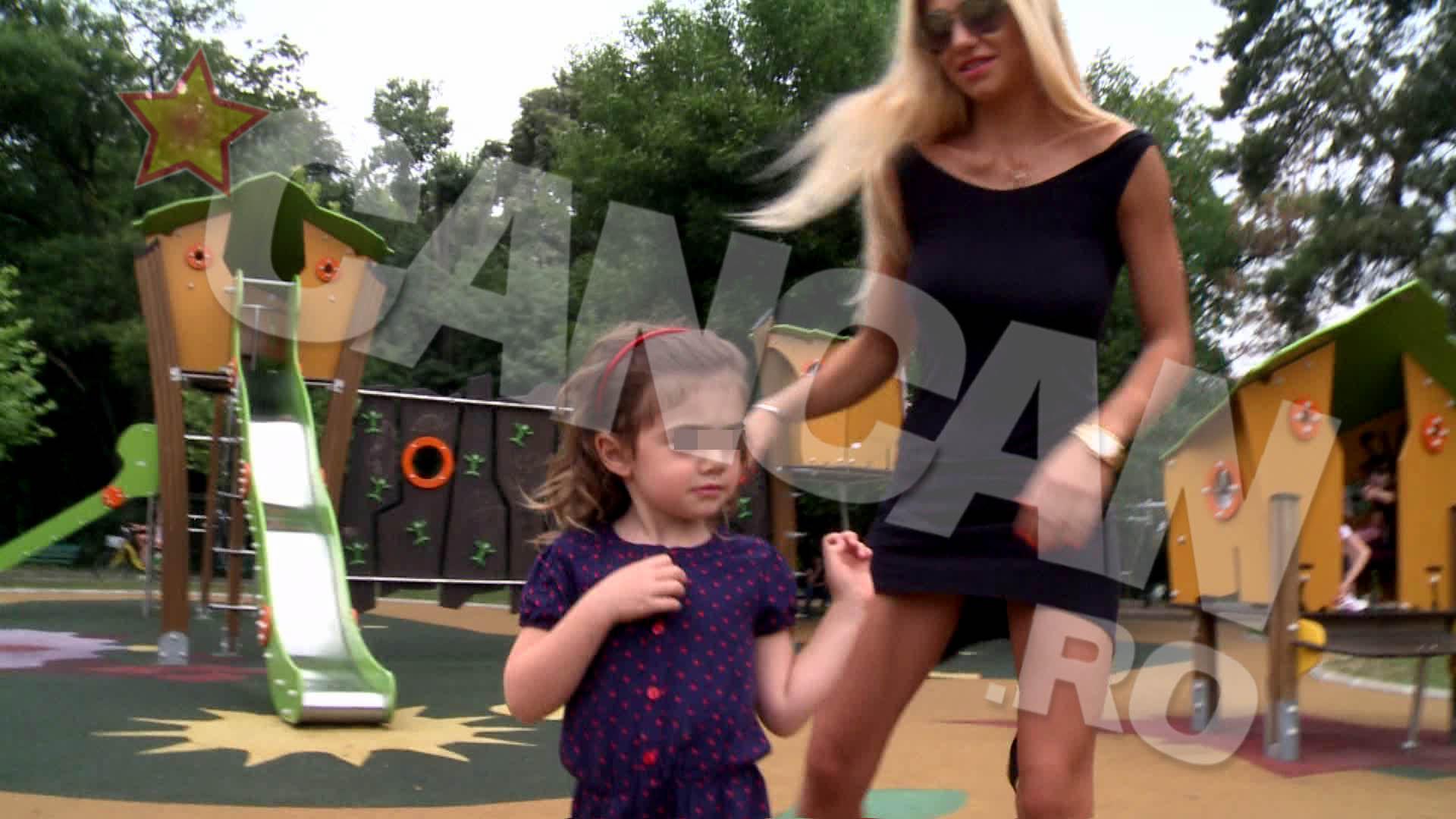Mama si fiica s-au distrat impreuna la locul de joaca pentru copii