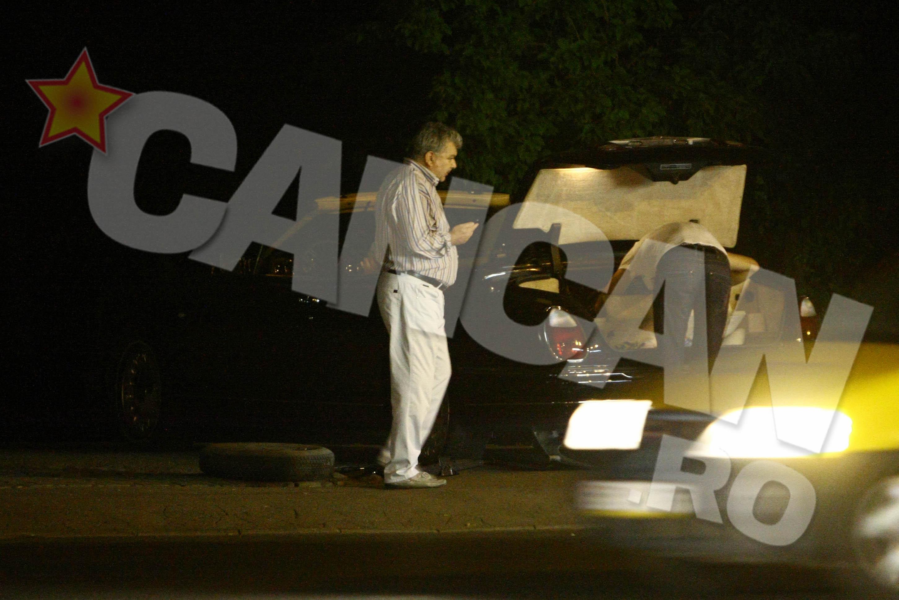 Bibi Galan se uita cu jind la masinile care trec pe langa el in viteza. Neavand ce face, se apuca de dat telefoane.