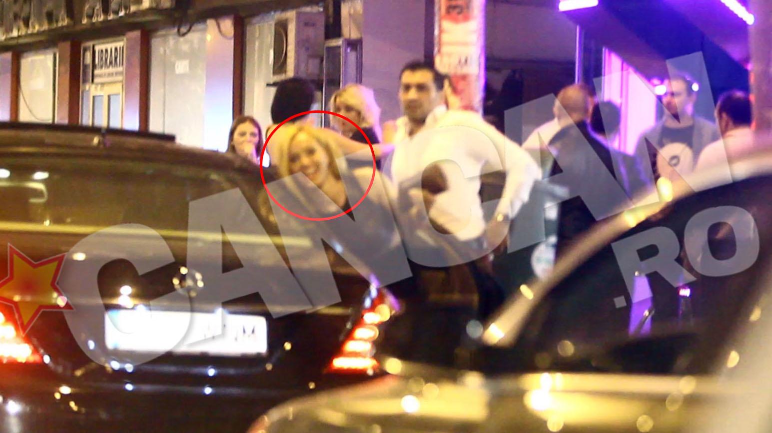 Blonda care i-a tinut companie lui Sorinel pe bancheta din spate coboara din limuzina