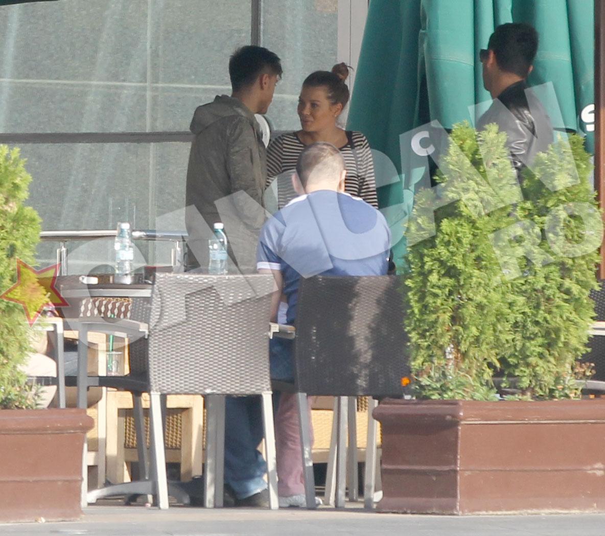 Juniorul lui Turcu a lasat-o sa plece cu greu si a condus-o pana la iesirea de pe terasa