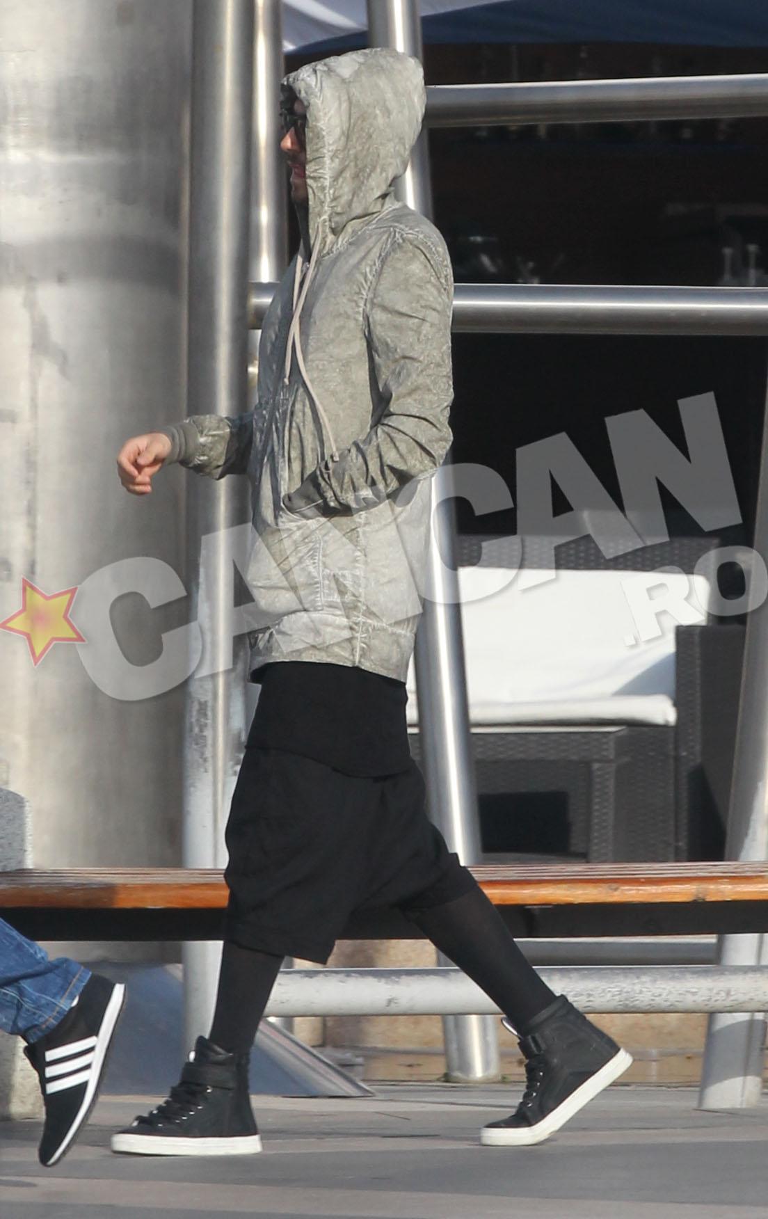 Acesta a purtat o pereche de pantaloni cu aspect de fusta si dresuri negre
