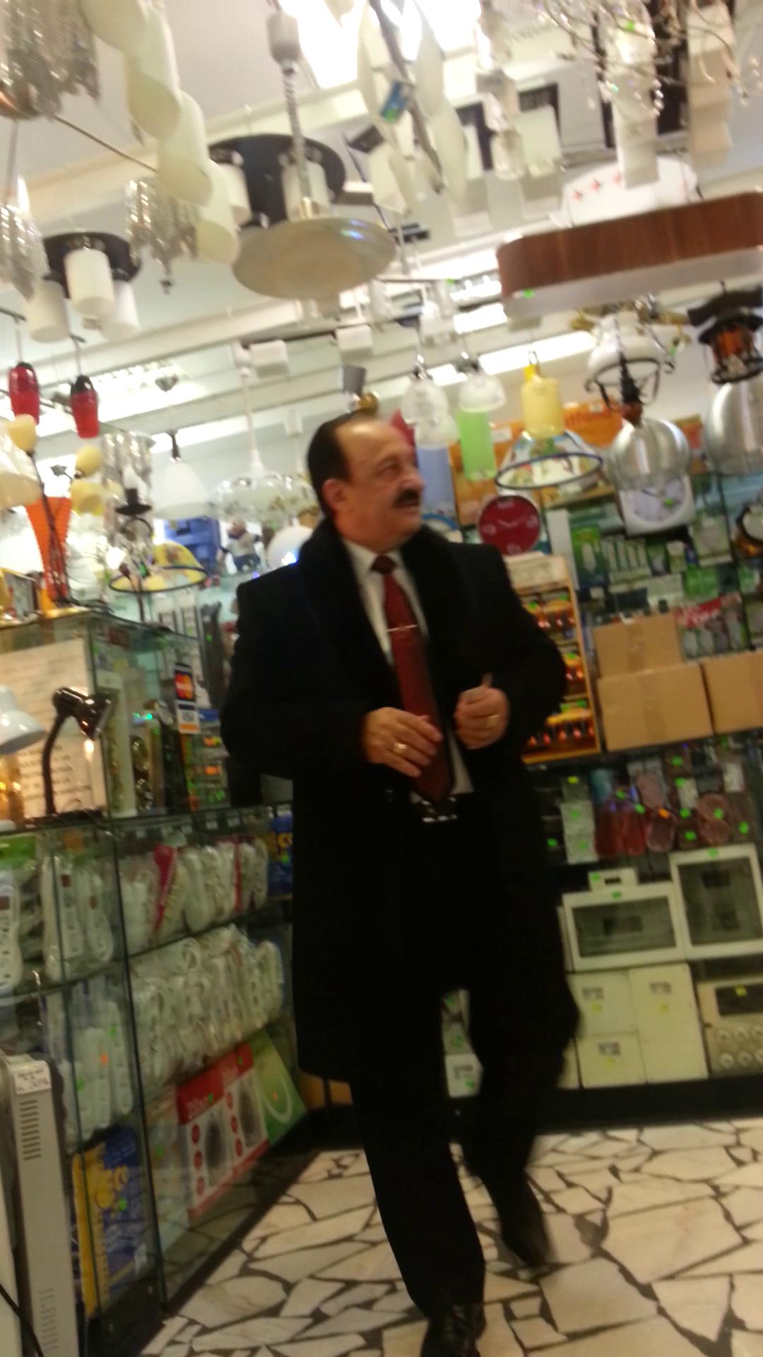 Cristescu a colindat magazinul cu de toate in incercarea de a schimba 50 de lei in hartii mai mici, pentru parcare