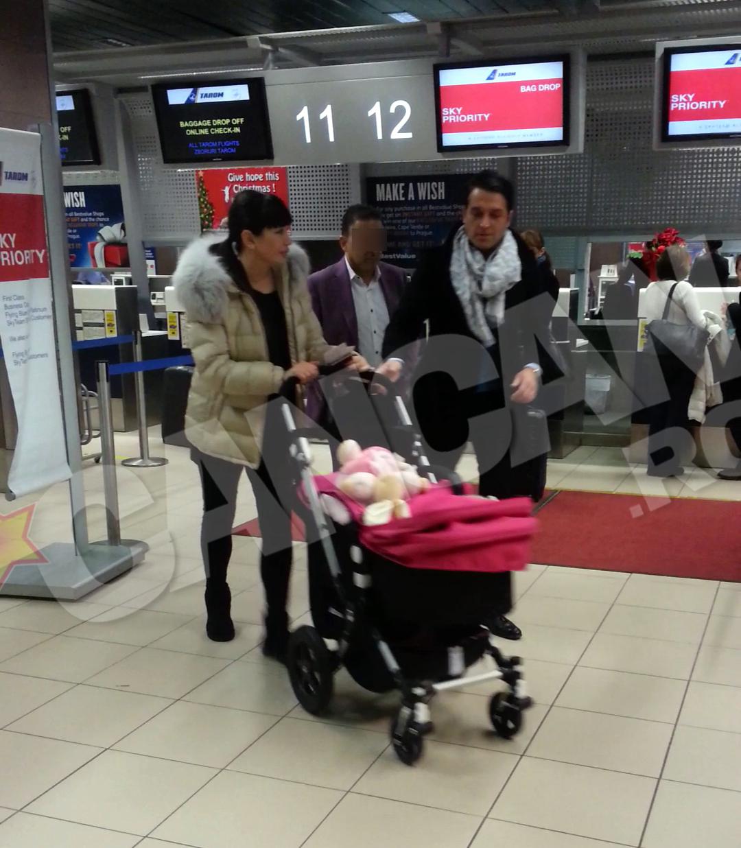 Elena si Bogdan s-au intalnit cu un prieten in aeroport