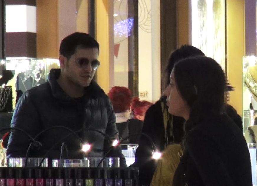 Cei doi au o discutie aprinsa in fata vanzatoarei unui magazin.