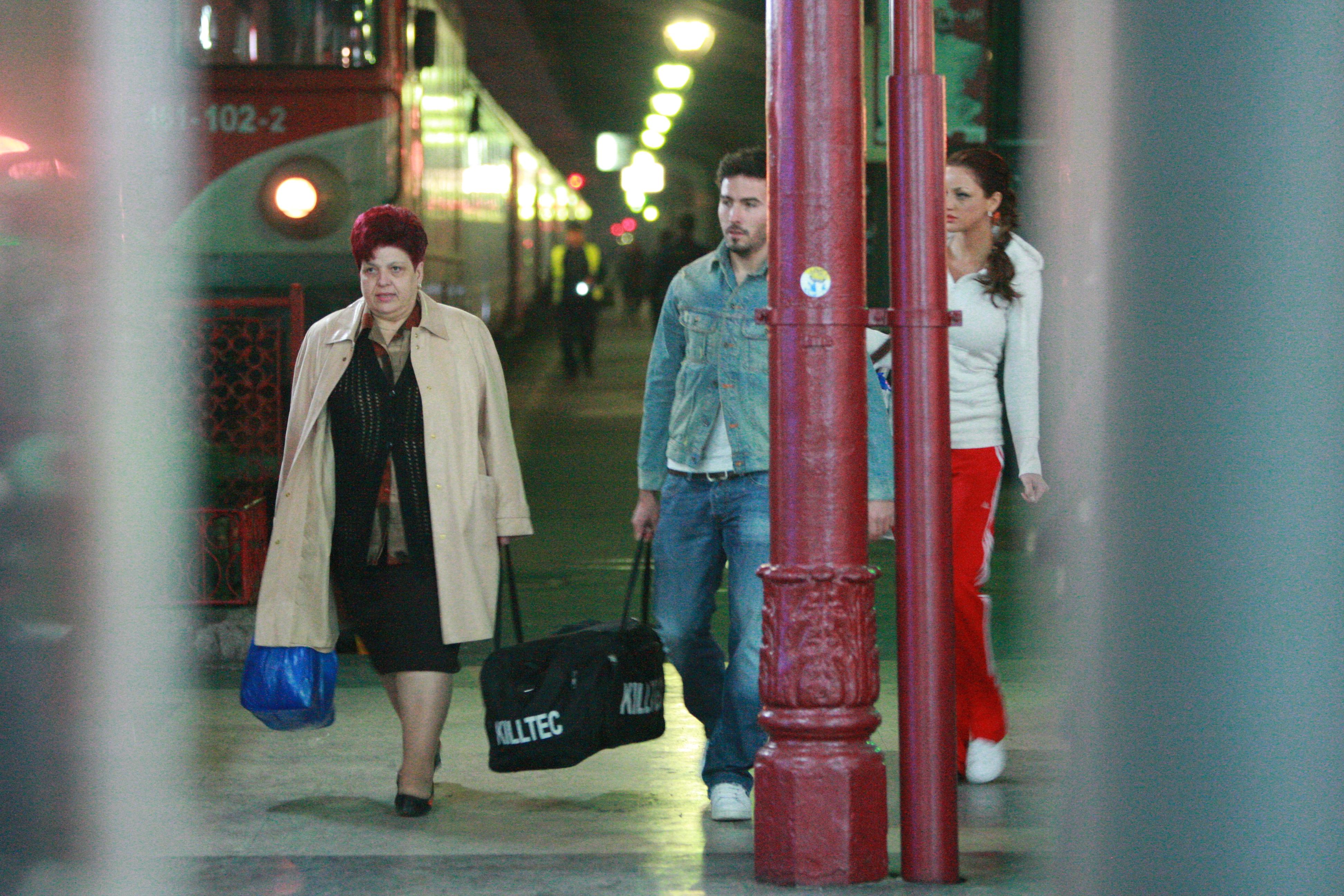 Bianca si Adi Cristea au ajutat-o pe mama fotbalistului cu bagajele