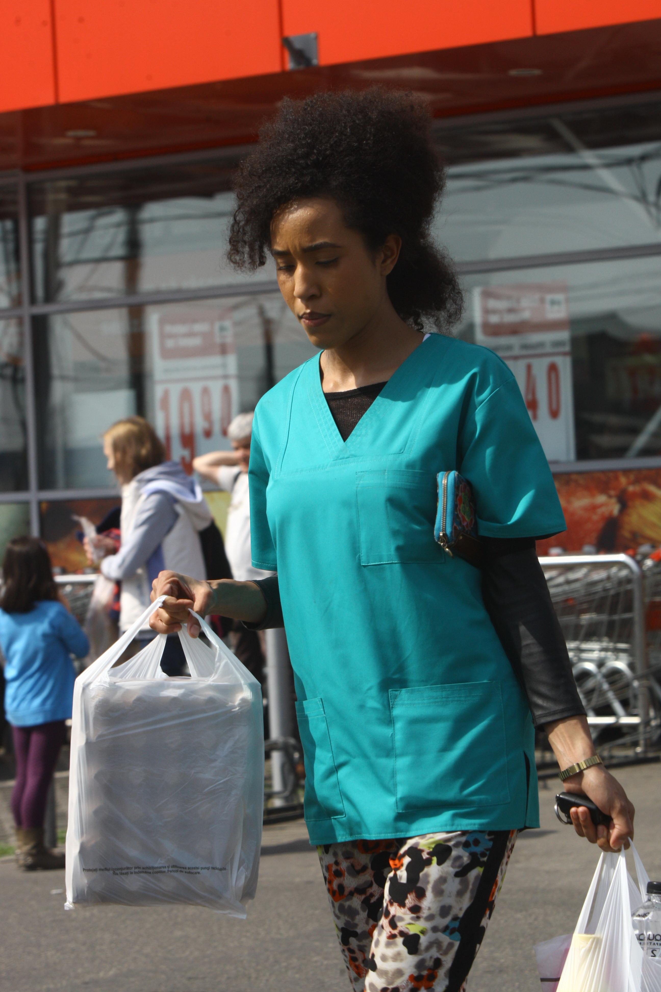 Intre doua consultatii, Ana Velea a iesit sa-si faca si cumparaturile