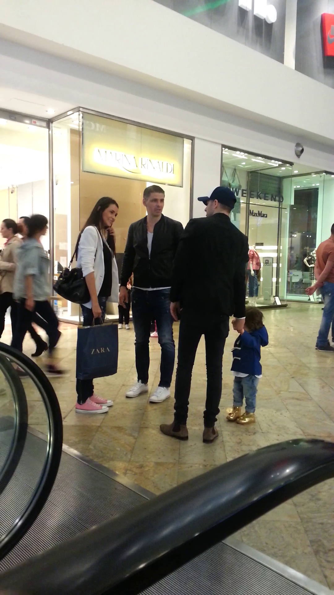 La plimbare cu micutul Noah prin mall, Adi Sana se intalneste cu niste prieteni
