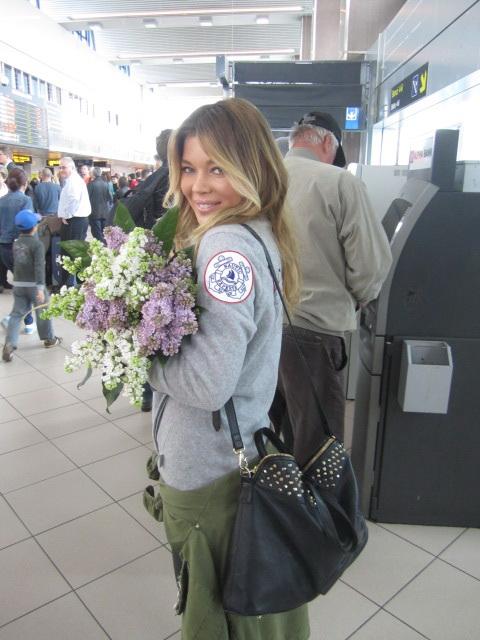 Gina Pistol l-a asteptat pe maratonist cu un buchet de flori si o sticla cu apa