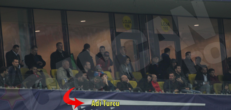 Adi Turcu nu a fost foarte atent la meci si a discutat cu prietenii sai