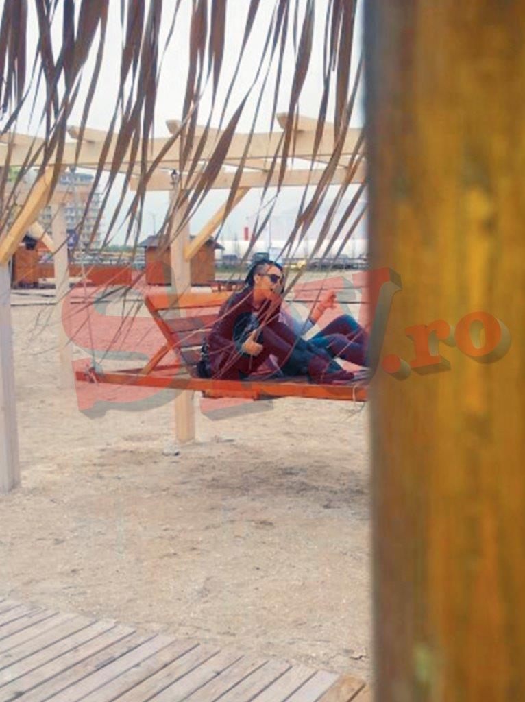 In timp ce Giulia se relaxa pe o plaja din Mamaia, sotul era cu prietenii in Vama Veche