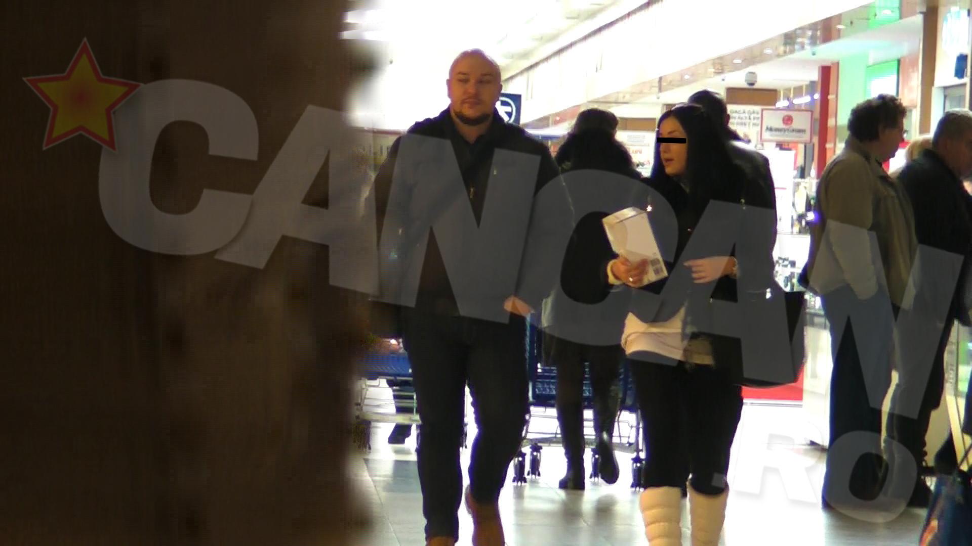 In luna ianuarie, Paul se plimba cu o bruneta focoasa prin mall, in timp ce sotia il astepta acasa