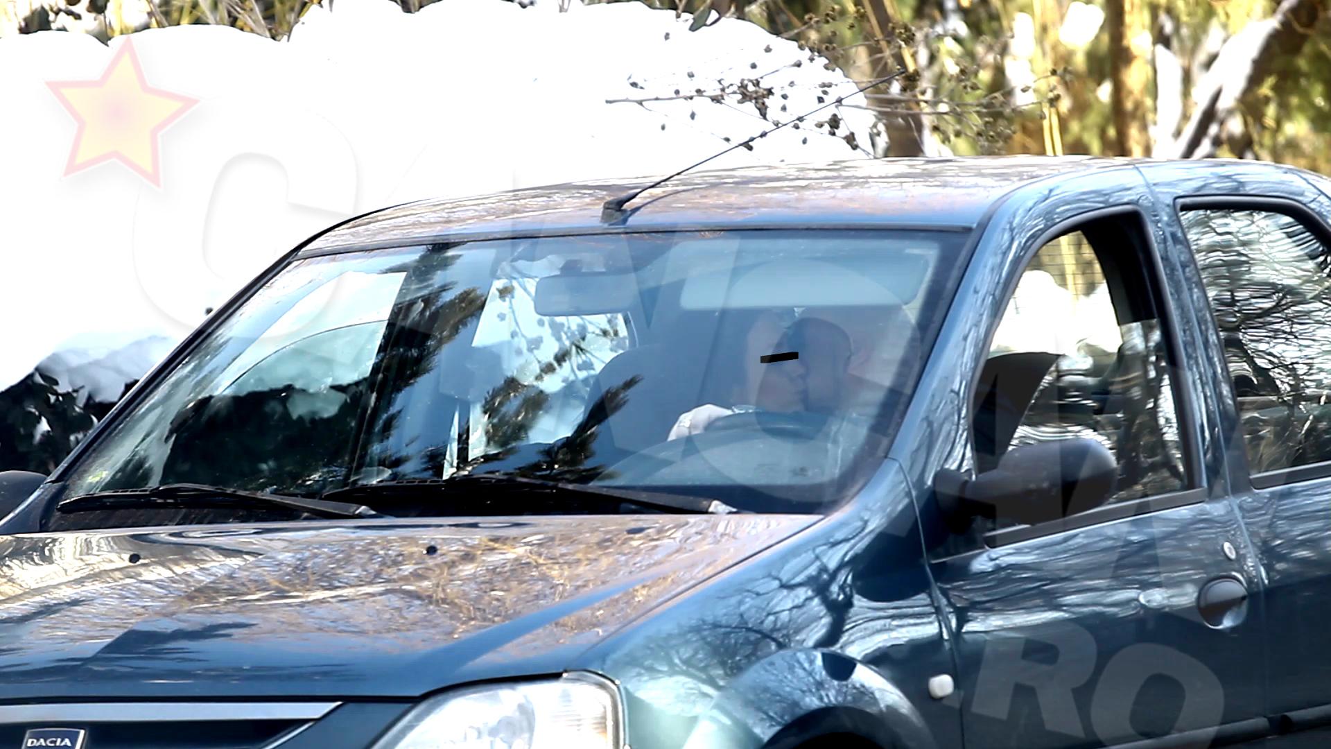 Cei doi au stat in masina pret de 40 de minute, timp in care bruneta a gesticulat nervos