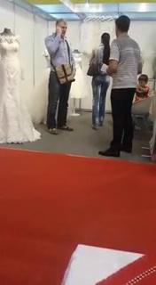 Tolea si sotia lui s-au oprit la standul celor care i-a creat rochia de mireasa sotiei lui Ilie Nastase