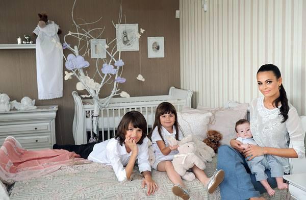 Anca, alaturi de cei trei copii ai sai, inainte de a veni pe lume micuta Ava Stephanie sursa: arhiva personala