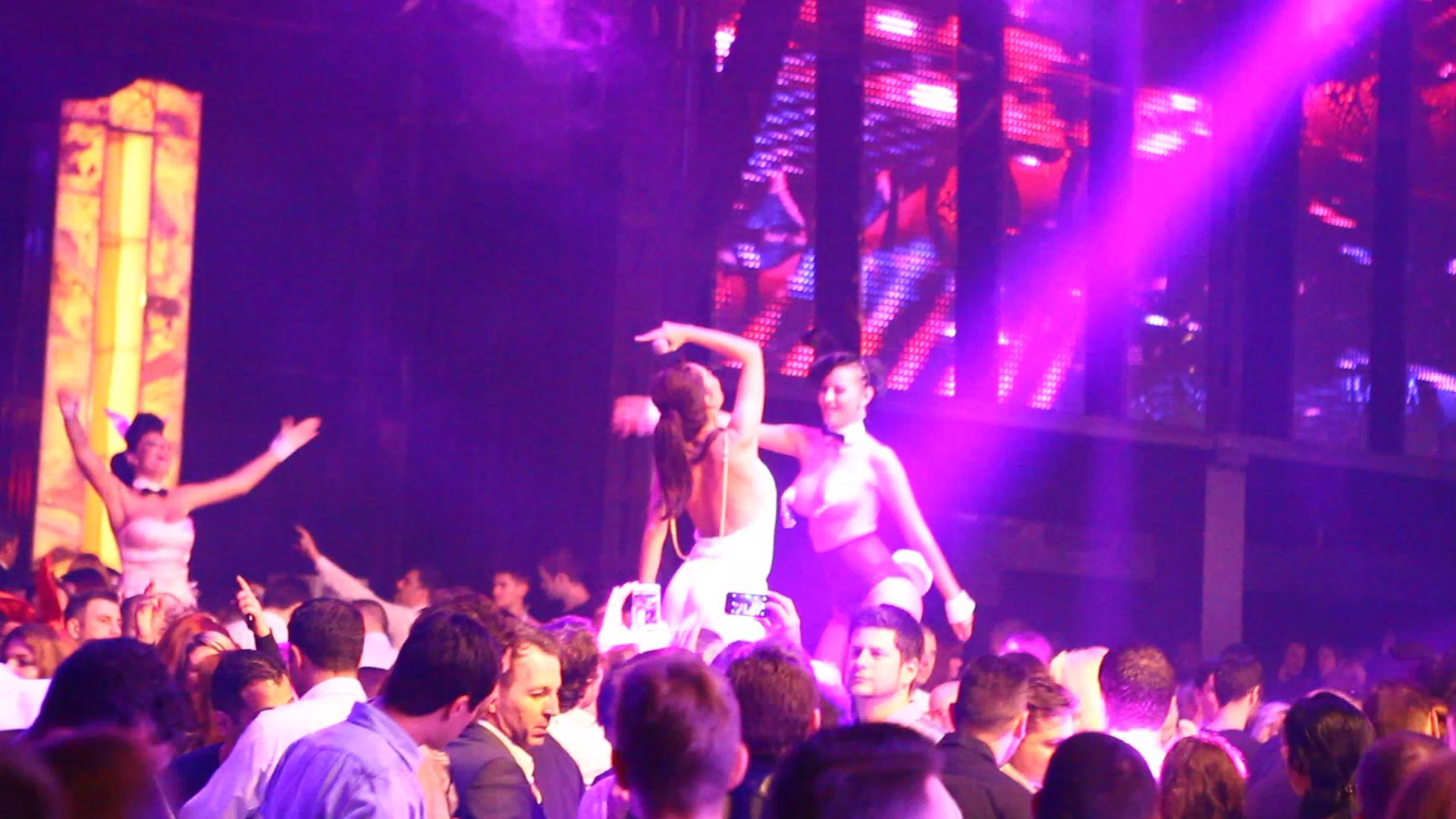 Tanara s-a urcat pe scena alaturi de o dansatoare