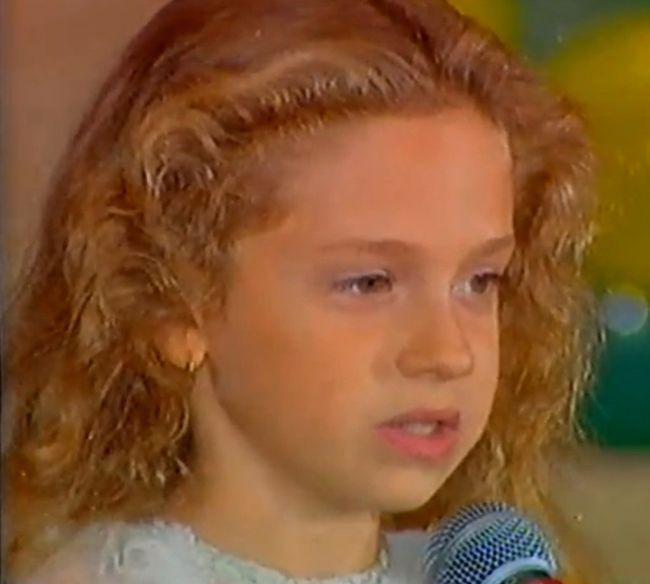 Iulia Stanescu a devenit un idol pentru copii din Romania dupa ce a debutat la emisunea Abracadabra