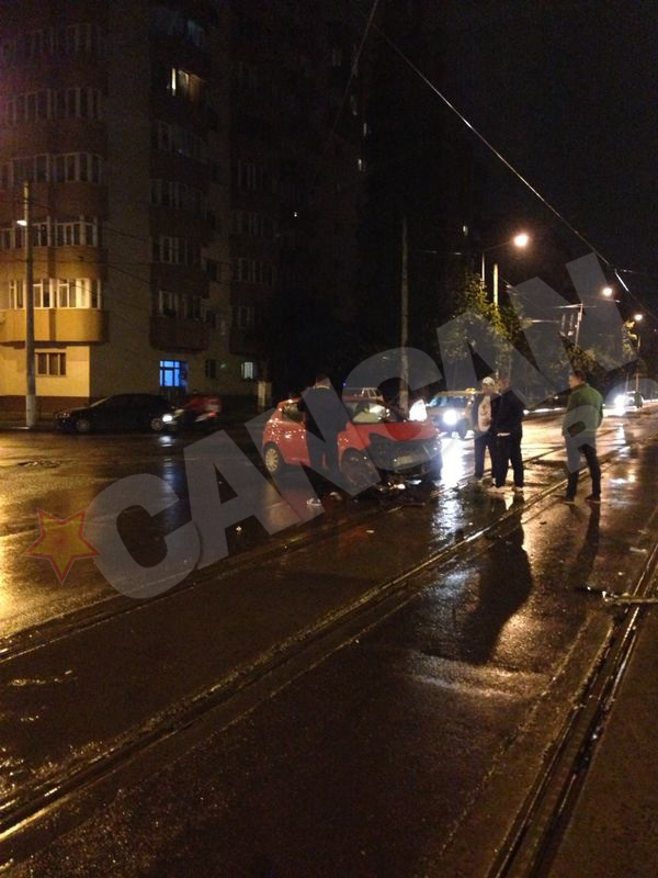 Un Opel de culoare rosie nu a acordat prioritate si a patruns in intersectie, acrosand un taxi