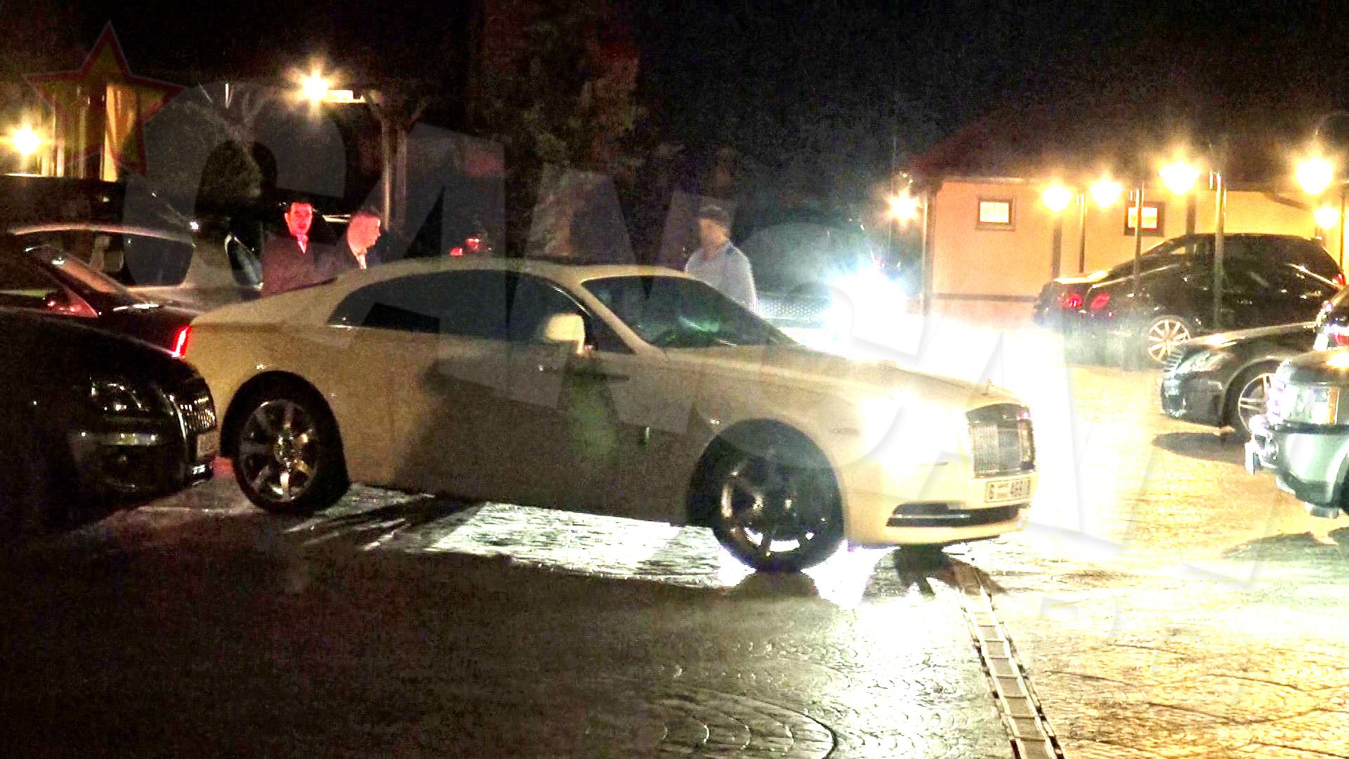 Sarbatoritul a venit la restaurantul unde a avut loc petrecerea la volanul unui Rolls-Royce cu numere de Dubai