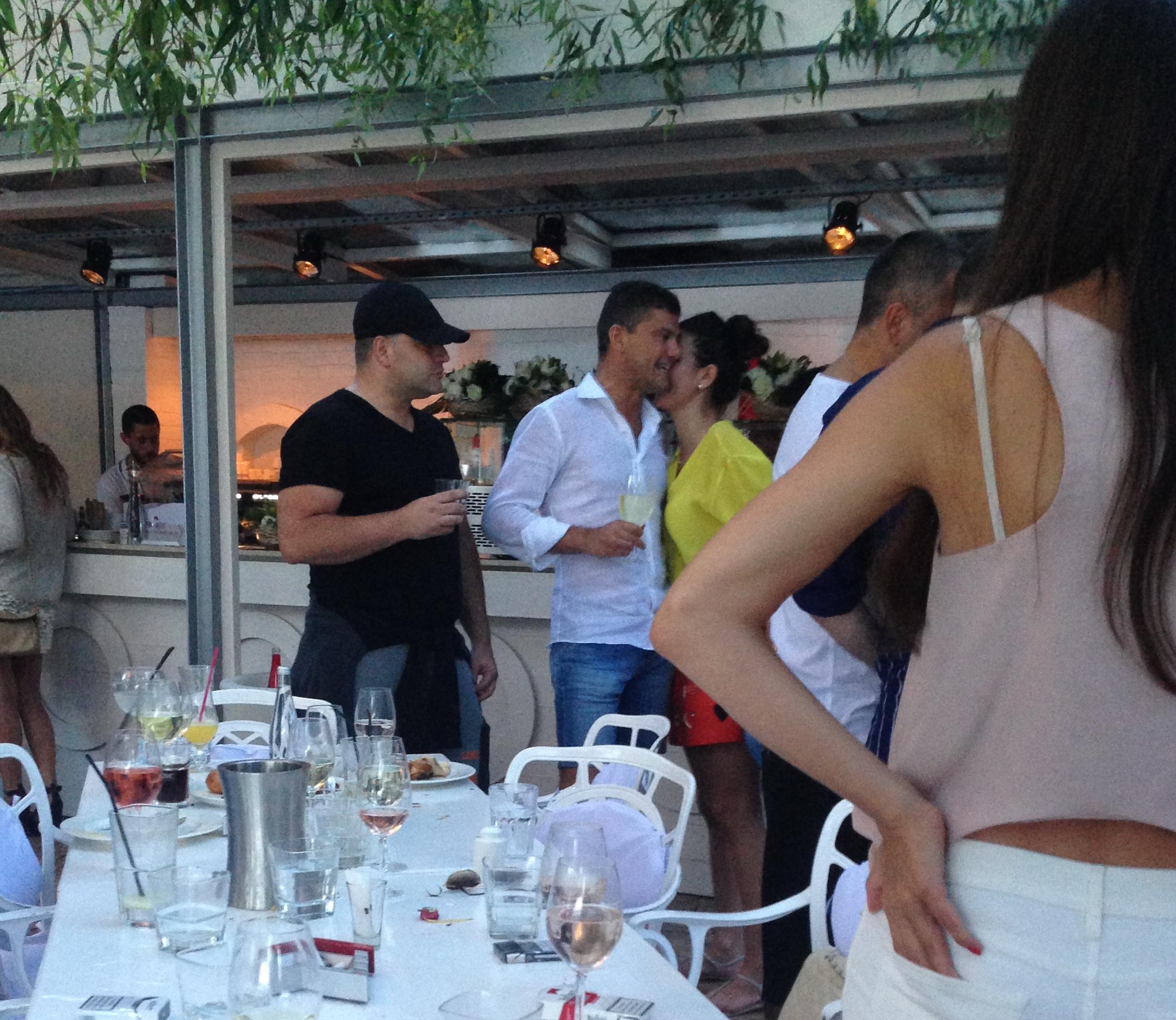 Cristian Boureanu flirteaza cu bruneta care i-a tinut companie pe parcursul zilei