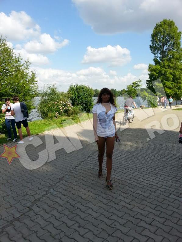Lorena se plimba pe aleile din Herastrau doar in camasa si bikini