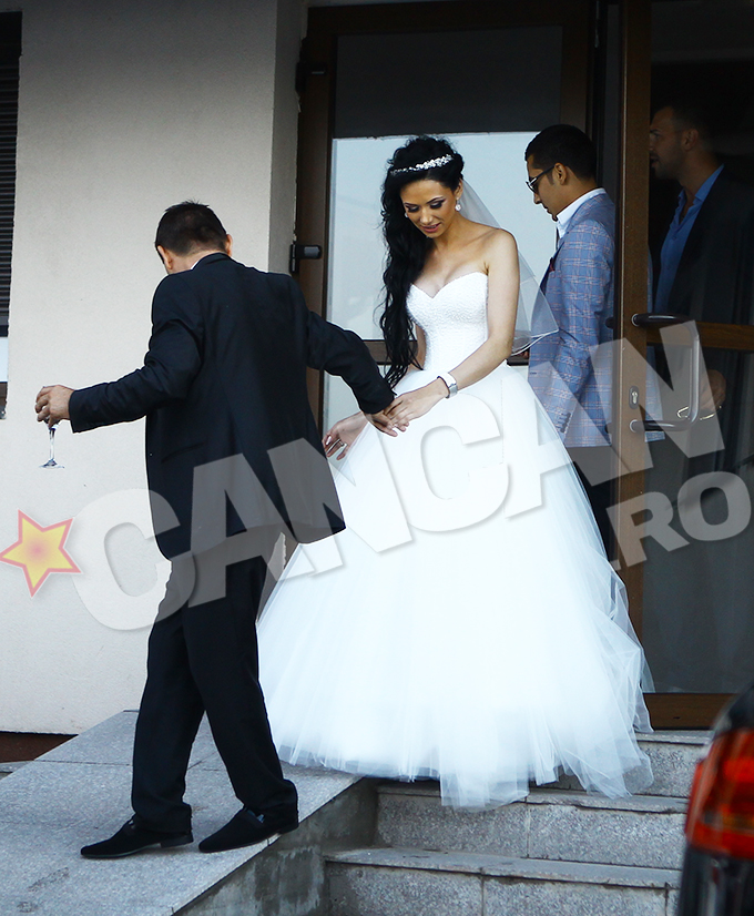 Mireasa a purtat o rochie alba, in stilul printesa