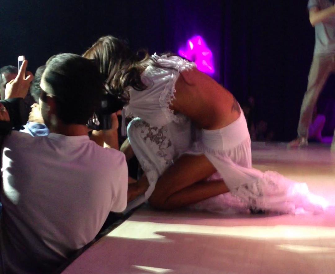 Zavo a sarit de pe scena sa-si sarute un prieten