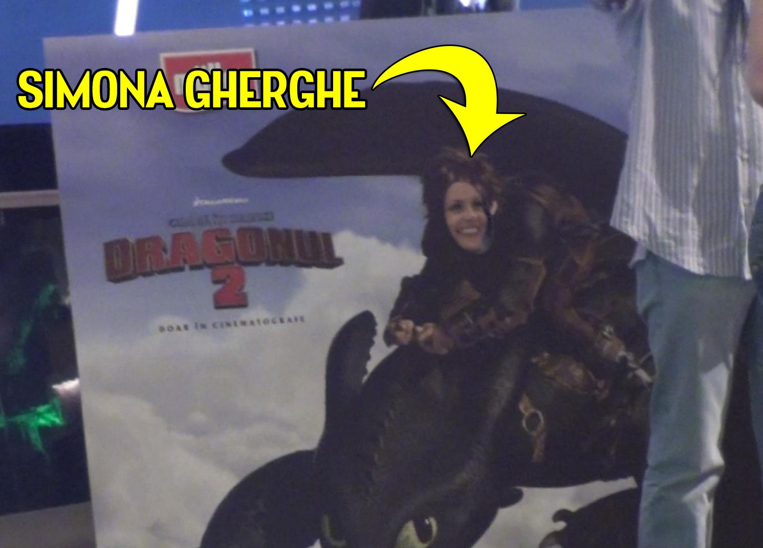 Pusa pe sotii, vedeta se fotografiaza intr-o ipostaza inedita la un panou de promovare a unui film
