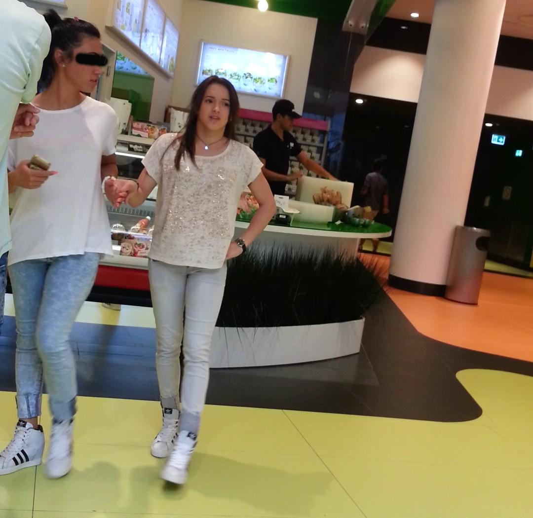 Larisa Iordache a petrecut ziua de duminica impreuna cu familia la un mall din Capitala