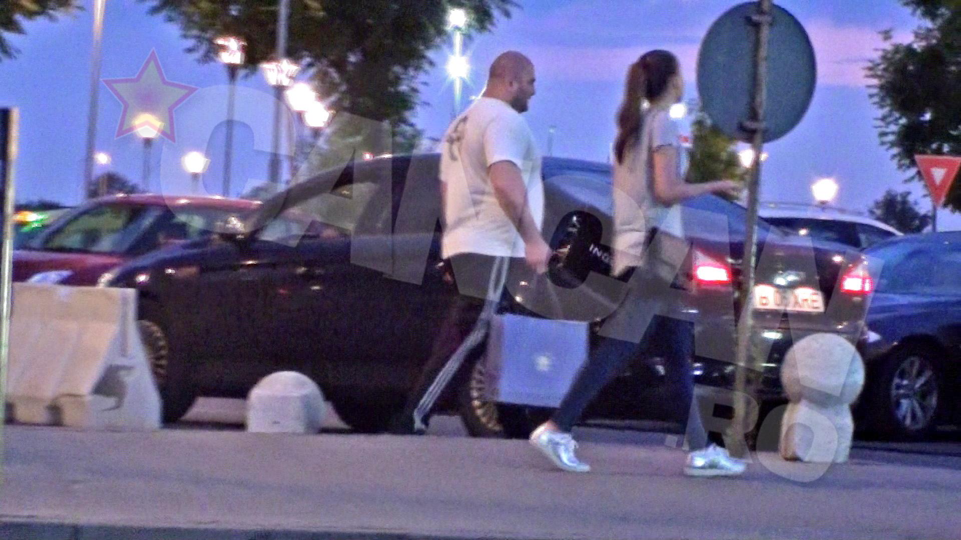 Teodora e ajutata de bodyguard sa care cumparaturile pana la masina