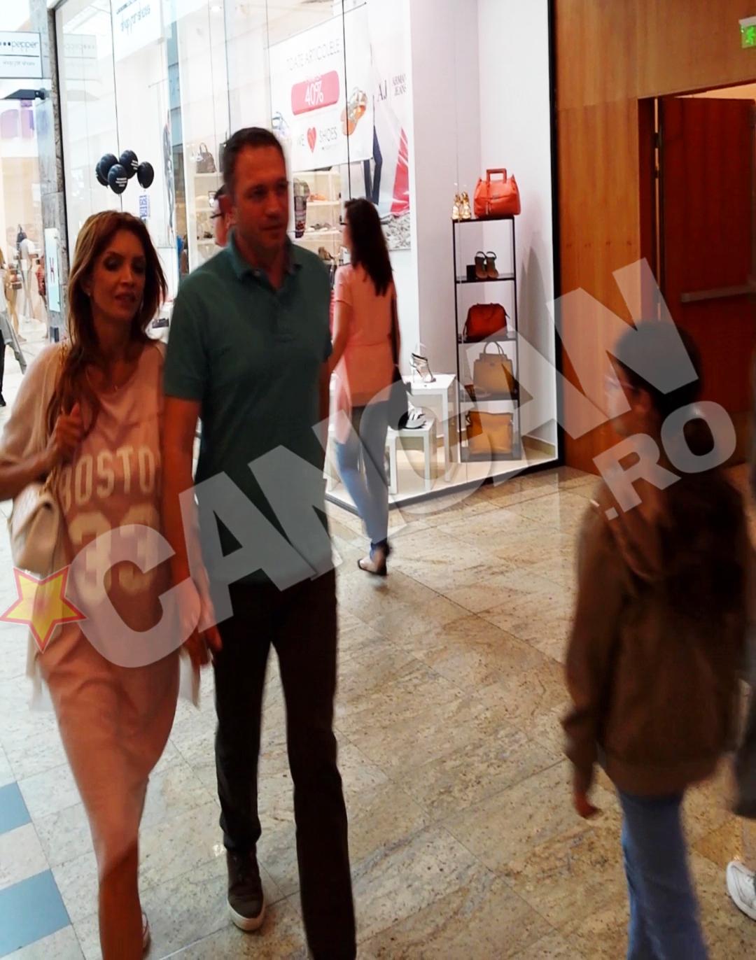 Cristina si sotul ei s-au tinut de mana aproape tot timpul cat s-au plimbat prin mall