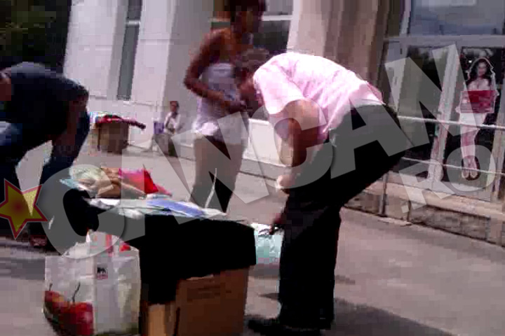 Vanzatorul ambulant s-a prefacut ca ii cade ceva pentru a se asigura ca fata chiar nu are lenjerie intima