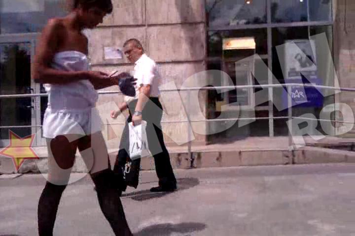 Lorena mergea nonsalant pe strada, chiar daca toata lumea se uita dupa ea