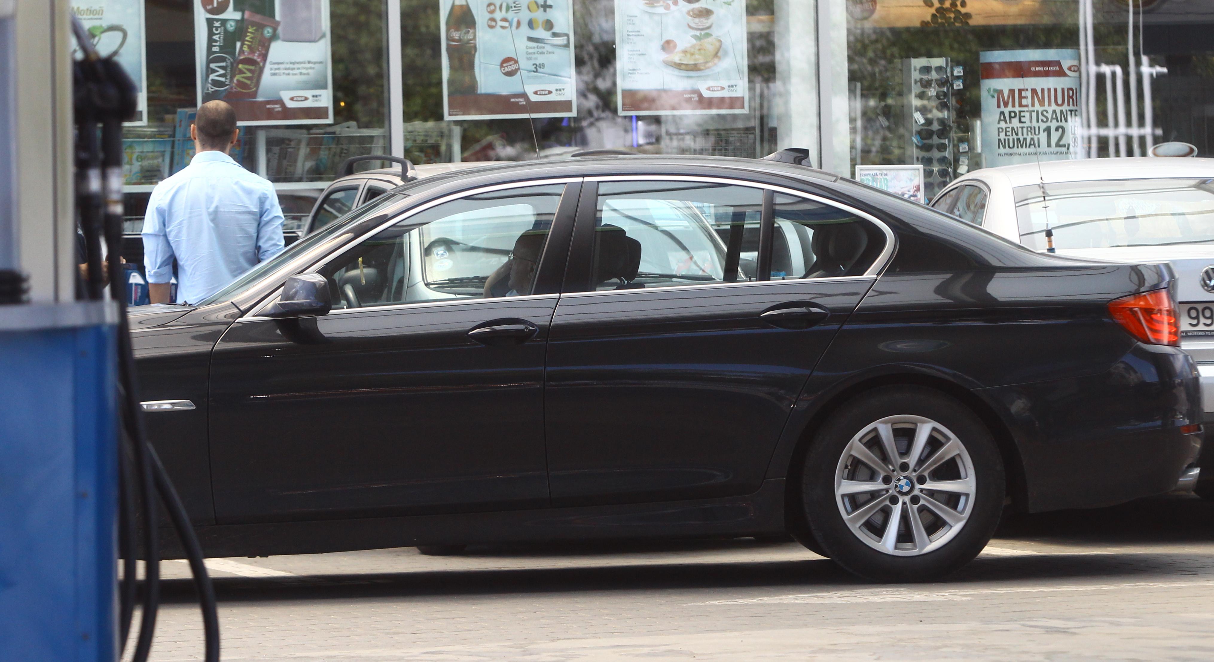 Axinte seta linistit pe locul din dreapta, in timp ce soferul ii conduce luxosul autoturism