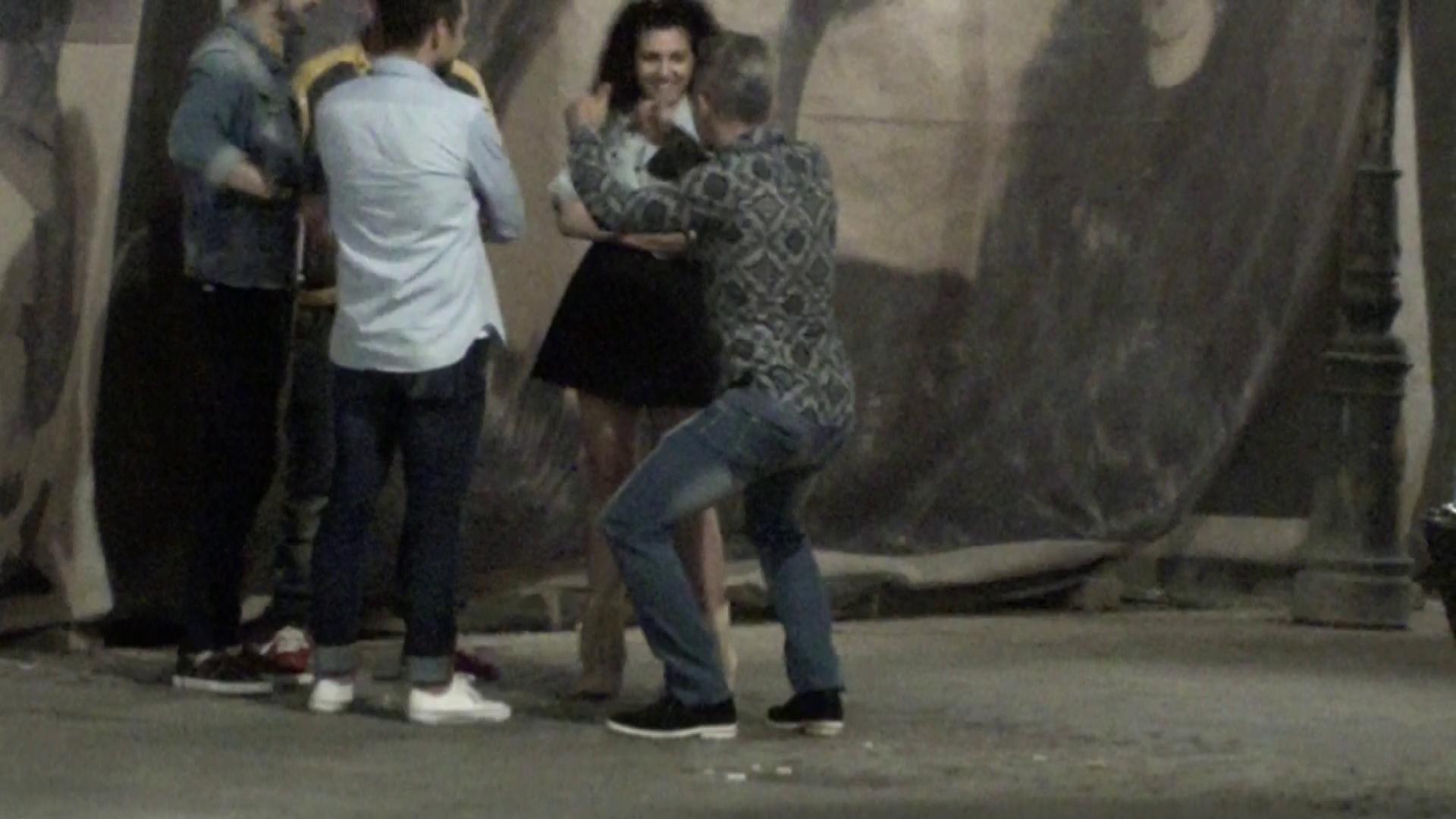 Doinita este foarte amuzata de prietenul dansator