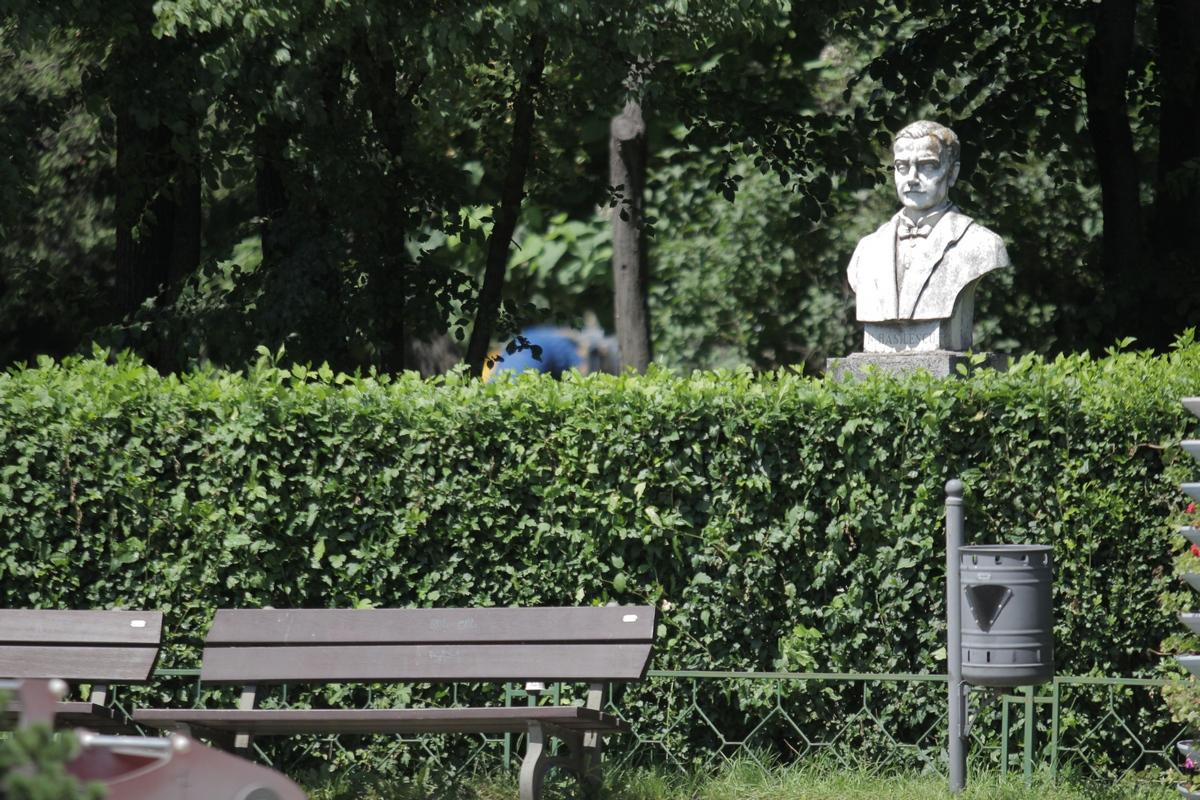 Bustul lui Basilescu, cel care se spune ca batuie locul, este la doi pasi de Teatrul de vara