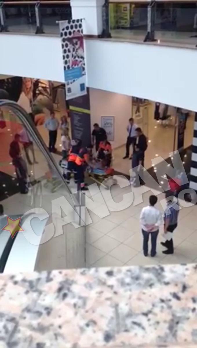 Batrana a lesinat in fata unui magazin din mall