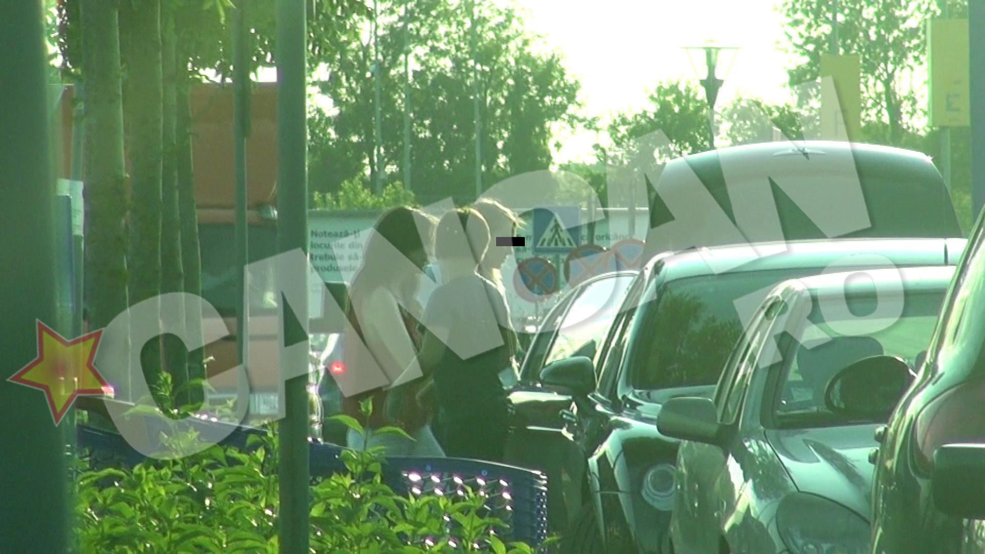 Fosta sotie si copiii lui Bucsaru coboara din masina care facea parte candva dintr-o adevarata colectie de limuzine