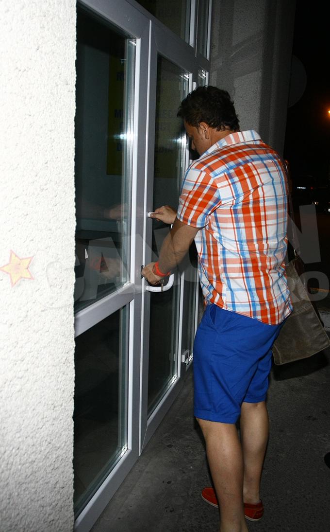 Artistul a ajuns la apartamentul unde se pare ca s-a petrecut intreaga tragedie si parea extrem de afectat